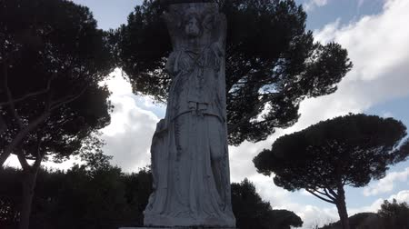 бюст : Real time take a look of roman empire statues of Roman goddess Minerva located in the archaeological excavations at Ostia Antica - Rome, Italy Стоковые видеозаписи