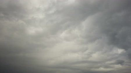 füstös : Time lapse of a heavy gray sky with nimbostratus clouds carried by the wind