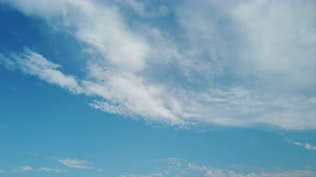 jó hangulatban : clouds in a beautiful blue sky background, good weather in time lapse
