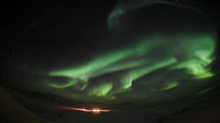 явление : Northern Lights over the Polar Station