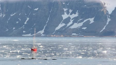 ártico : Small red yacht in the frozen Arctic fjord - timelapse