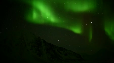 noruega : Green Northern Lights over the mountains