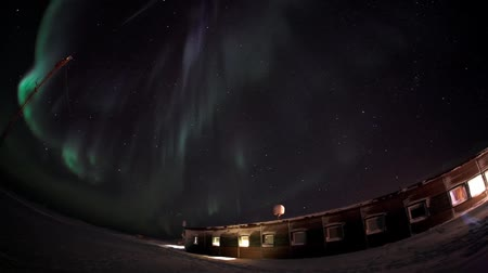 полярный : Northern Lights over the Polar Station, Spitsbergen Стоковые видеозаписи