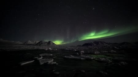 noruega : Northern Lights over the Arctic frozen fjord