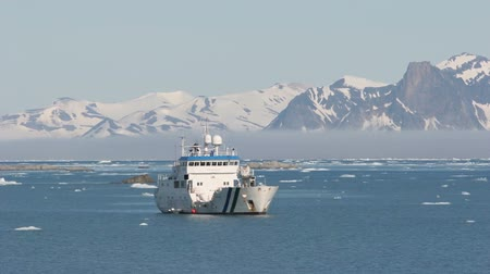 ártico : Ship in the frozen Arctic fjord