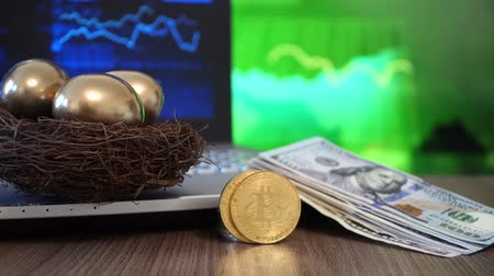 benefício : Gold BitCoin BTC and US Dollar Stock Footage