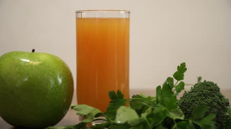 espinafre : Orange juice, apple and green foods for healthy breakfast