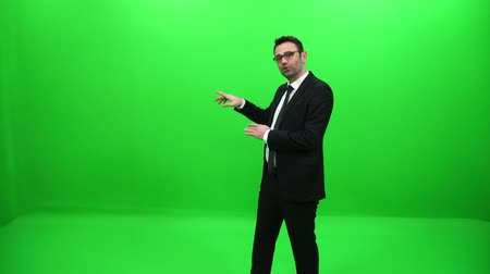 alto falante : Businessman Presenting By A Hand On A Green Screen Vídeos