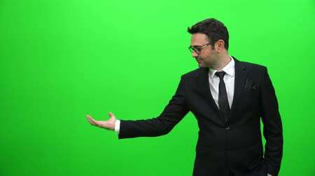 редактировать : Businessman Lifting Or Presenting Something on Green Screen. Right Side.