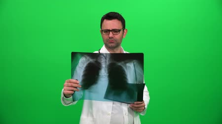 Doktor Examines Chest X-Ray auf grünem Bildschirm Videos