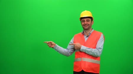 Engineer Worker Making Presentation Gestures on Green Screen. Showing Right Side. Vídeos