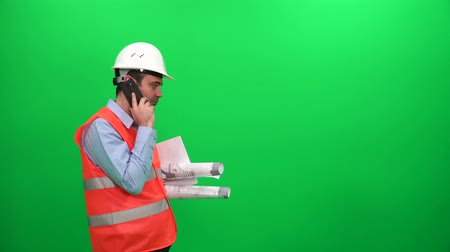 Ingenieur Worker With Blueprints im Gespräch mit Handy, Green Screen Background