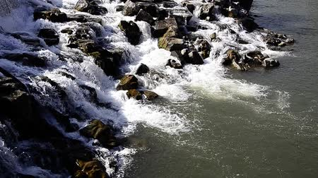 řev : Waterfal Rolling Over Rocks in Reverse Slow Motion Video