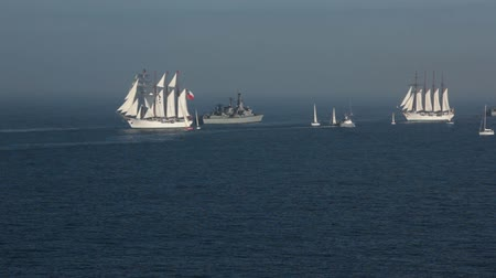 такелаж : Old sailing ships, Esmeralda of Chile and Sebastian Elcano of Spai, on the Chilean coasts in Valparaiso.
