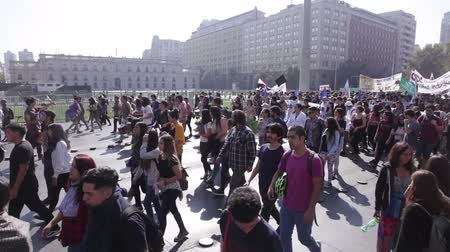 gösterici : Santiago, Chile - April 19, 2018: Chileans marched in front of La Moneda Palace (Presidential Palace), demanding an end to the Profit in the Education. Stok Video