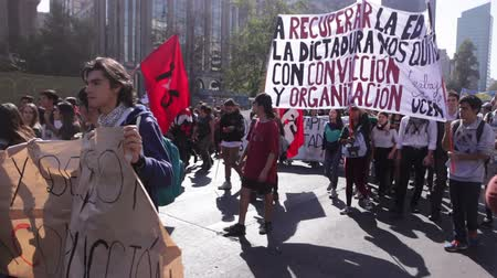 mais : Santiago, Chile - April 19, 2018: Chileans marched through Santiagos streets, demanding an end to the Profit in the Education