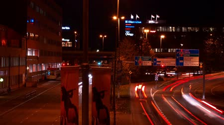 finlandês : Time lapse of intersection in evening with traffic lights and cars