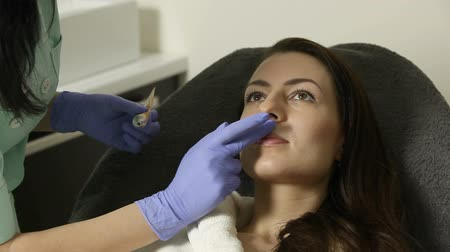 przeprowadzka : cosmetologist applies gel on face of patient before epilation procedure Wideo