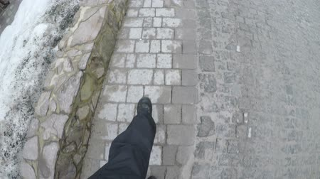 kikövezett : male feet in shoes go on paving stones Stock mozgókép