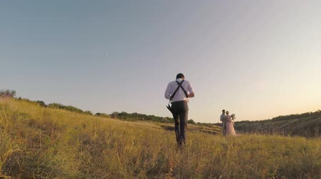 новобрачный : wedding photographer takes pictures of the bride and groom