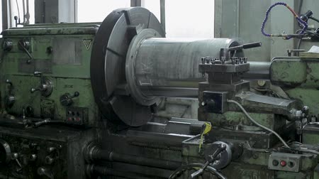 aluminio : cylinder grinding. the process of grinding large metal cylindrical parts in production