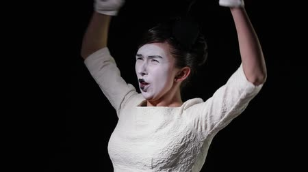 gritante : mime woman in white dress emotionally shouts at someone