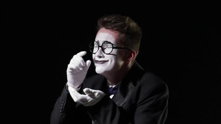 hloupý : mime in a tuxedo with a bowtie cries and collects tears in his hand Dostupné videozáznamy