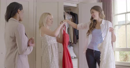 nativo americano : Women selecting dress and talking