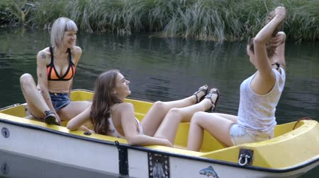 бортовой : Friends in a small boat on river Стоковые видеозаписи