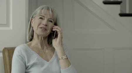 descontraído : Senior Adult Female at home calling on smart phone