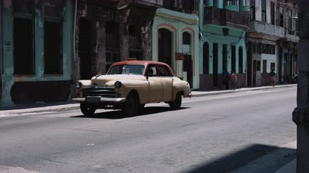 Куба : Old fashioned car moving on road, old buildings in background