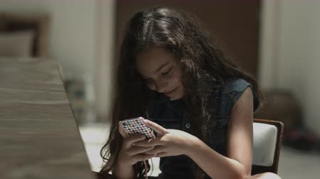diferansiyel odak : Girl sitting on chair and playing with mobile phone Stok Video