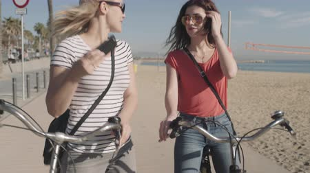ciclismo : Young Adult Tourist taking picture on beach in summer Stock Footage