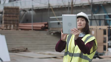 strukturální : Construction supervisor taking picture with digital tablet of project development Dostupné videozáznamy