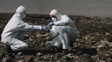 delil : Forensic scientist examining sample at river bank