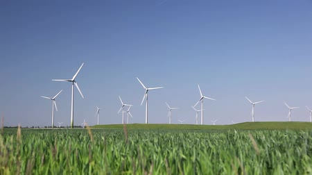 moinho de vento : Wind Turbine with blue sky and green grass. Stock Footage