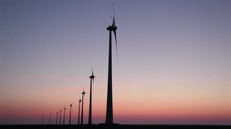 efficientie : Windturbine met een zonsondergang Stockvideo