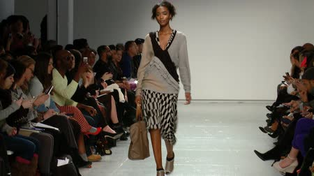 pist : African American Model Walks Down the Runway Stok Video