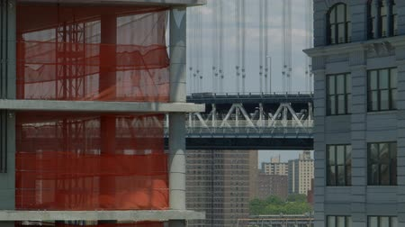 habitação : A new Building in Dumbo goes up with the Manhattan Bridge in the Background