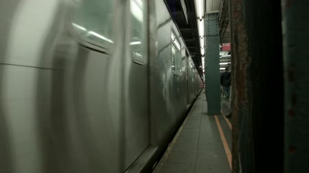 метро : New York City Subway Arrives in a Station Downtown