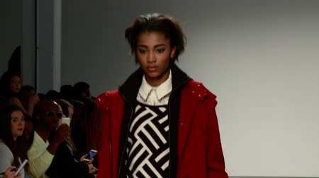 africký : A Beautiful Model in Red Pants and Red Outfit Walks the Runway Dostupné videozáznamy