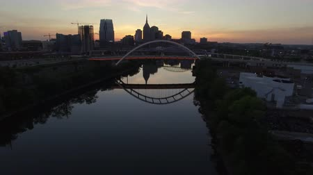 coreano : United States - Nashville TN - Flying Sideways Over River and Nashville Skyline At Dusk
