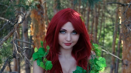 jardim : Beautiful girl in a superhero costume posing in the forest. Female Cosplay Character