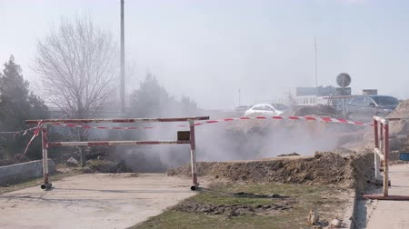 ситуация : Steam from a broken sewer utility line.