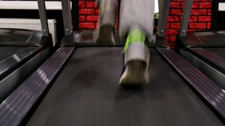 bilinçli : In the Gym: Treadmill, close up video. Young man jogging Stok Video