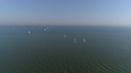 экипаж : Aerial top view of a sailing yacht regatta. Flying over boats. 4k video