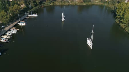 парусное судно : Aerial top view of a sailing yacht regatta. Flying over boats. 4k video