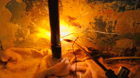 сварщик : The welder welds the pipe. The man is doing his job
