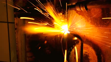 kaloryfer : The welder welds the pipe. The man is doing his job