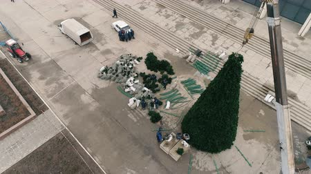 rekreace : Aerial 4k footages of christmas tree. On The Square Of The City Dostupné videozáznamy